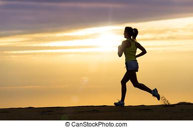 athlète, courant, à, coucher soleil plage