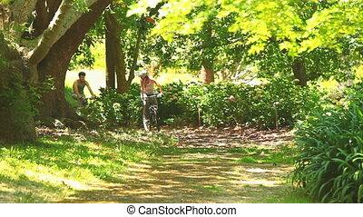 athlétique, couple, aller, cyclisme, jeune