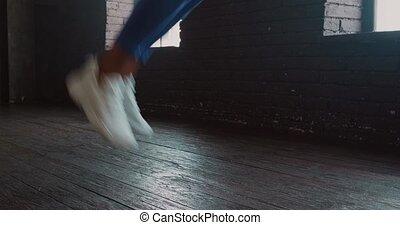 athlétique, femme, exercisme, jeune, utilisation, corde à sauter, gymnase