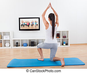 pratiquer femme yoga maison debout vivant femme natte yoga elle plancher pratiquer. Black Bedroom Furniture Sets. Home Design Ideas