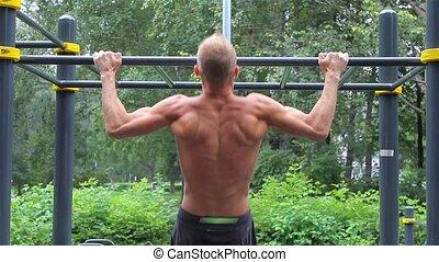 athlétique, horizontal, vue., arrière, workout., augmente, homme, ville, barre, traction, park.