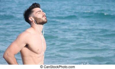 athlétique, jeune, musique écouter, plage, homme