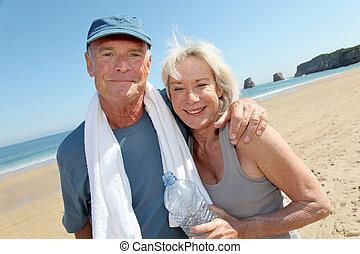 athlétique, portrait, couple, plage, personne agee