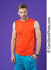 athlet, auf, violett, hintergrund., muskulös, mann, in, orange weste, blau, kurze hosen, sportkleidung, fashion., anfall, und, confident., sport, mode, für, training, und, workout., fitness, und, wohlfühlen