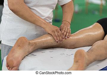 athlet, kalb muskel, professionell, massage, behandlung, nach, sport, workout:, fitness, und, wohlfühlen