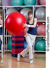 athletische, frau, übungen, mit, turnhalle, kugel