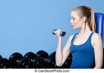athletische, frau, mit, hanteln