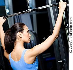 athletische, junge frau, arbeiten, heraus, auf, sporthallenausrüstung