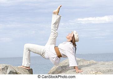 ativo, sporty, atraente, mulher sênior, ao ar livre