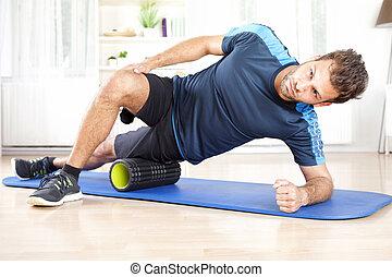 atlético, homem, em, lado, planking, usando, espuma, rolo