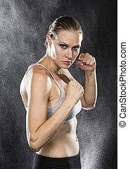 atlético, mulher, em, combate, pose, com, feroz, olhar
