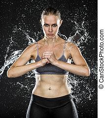 atlético, mulher segura, punho, em, água, respingo