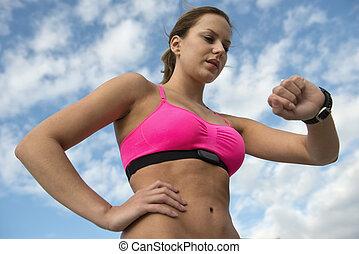 atlético, mulher, usando, monitor taxa coração