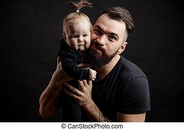 atlético, padre, joven, fondo negro, bebé, adorable