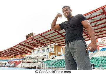 atlético, posar, sendo, muscles., forma., homem, bonito, africano, seu, orgulhoso