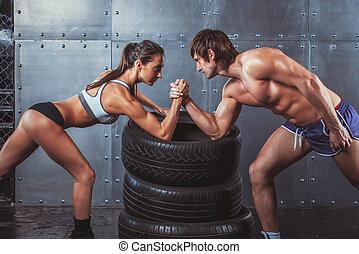 atleet, opleiding, vrouw, paar, crossfit, uitdaging, concept., handen, worstelen, jonge, gespierd, fitness, sportsmen, clasped, tussen, bodybuilding, levensstijl, sportende, arm, man