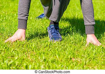 atlet, klar, til løb, på, den, grøn græsplæne