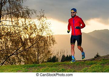 atleta, corre, en las montañas, en, ocaso