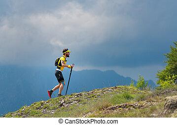 atleta masculino, subidas, pendiente, de, montaña, durante, montaña, maratón, entrenamiento