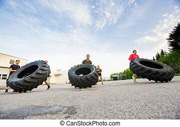 atletas, ejercicio, tire-flip