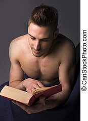 atletico, grande, shirtless, giovane, libro, lettura, uomo