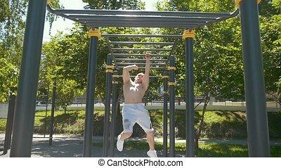 atletisch, jonge man, workout, op, horizontaal, bar, in...