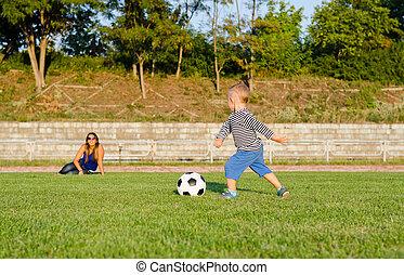 atletisch, kleine, jongen, voetballende