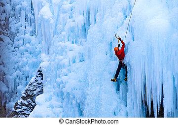 atletisk, manlig, in, red täcker, klättrande, is, in, den,...