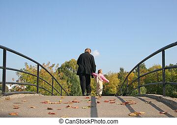 atrás, abuela, y, bebé, en, otoño, puente