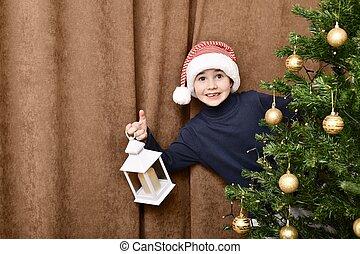 atrás, agradablemente, niño, sorprendido, navidad, mitad, gorra, santa, árbol., encantado