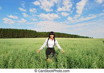 atractivo, feliz, mujer joven, en, el, campo