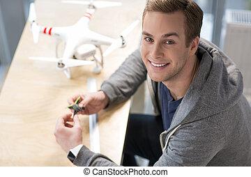 atractivo, freelancer, joven, trabajando, quadrocopter