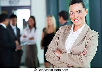 atractivo, hembra, ejecutivode negocios, con, armamentos cruzaron