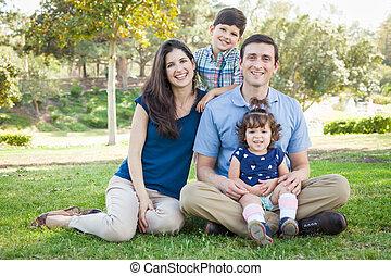 atractivo, joven, carrera mezclada, retrato de la familia, en, el, park.