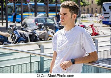 20823005a Ambiente, urbano, hombre, joven, atractivo. Urbano, el mirar joven ...