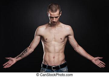 atractivo, joven, posición, con, tattoo., guapo, macho, llevando, vaqueros, en, negro