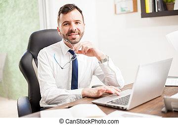 atractivo, latín, hombre de negocios, en, un, oficina