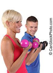 atractivo, mujer, con, ella, personal, condición física, trainner