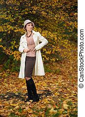 atractivo, mujer, en, tarde, otoño, parque