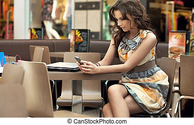 atractivo, mujer, esperar, para, alguien, en, el, restaurante, tabla