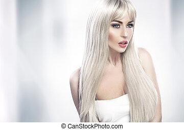 atractivo, mujer joven, con, largo, pelo rubio