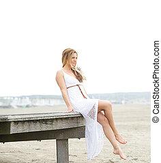 atractivo, mujer, playa, joven, sentado