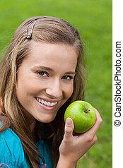 atractivo, niña joven, comida, un, manzana verde, en, un, parque