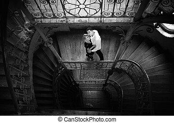 atractivo, pareja, en las escaleras