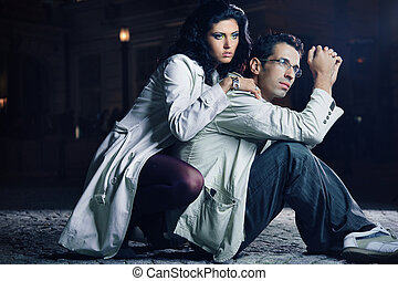 atractivo, pareja joven, por la noche