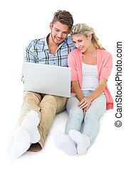 atractivo, pareja joven, sentado
