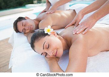 atractivo, pareja, parejas, el gozar, poolside, masaje