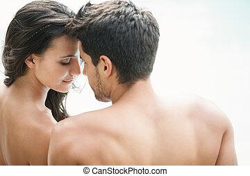 atractivo, pareja, poolside, sonriente, sentado