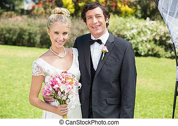 atractivo, recién casados, mirar la cámara