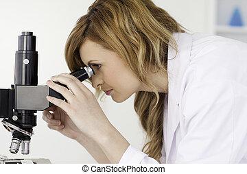 atraente, blond-haired, cientista, olhando, um, microscópio